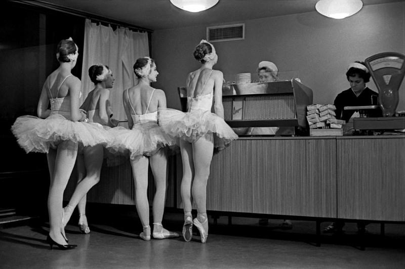 «Лебеди». Артистки балета Большого театра СССР в буфете Кремлевского Дворца съездов. 1963 год. Фото: Евгений Умнов
