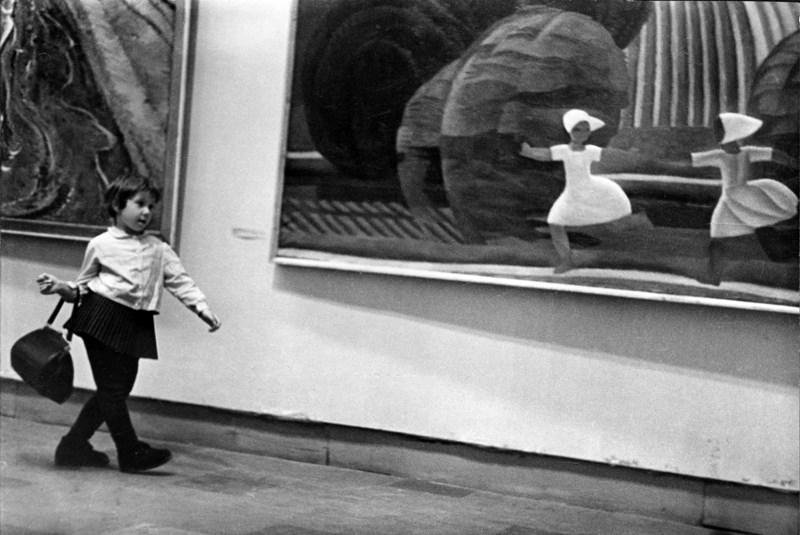 На выставке. Девочка с сумкой. 1960 год. Фото: Николай Токарев