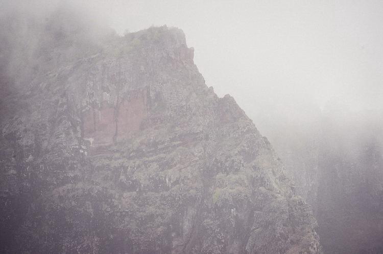 Гора Ле Морн в облаках и дожде