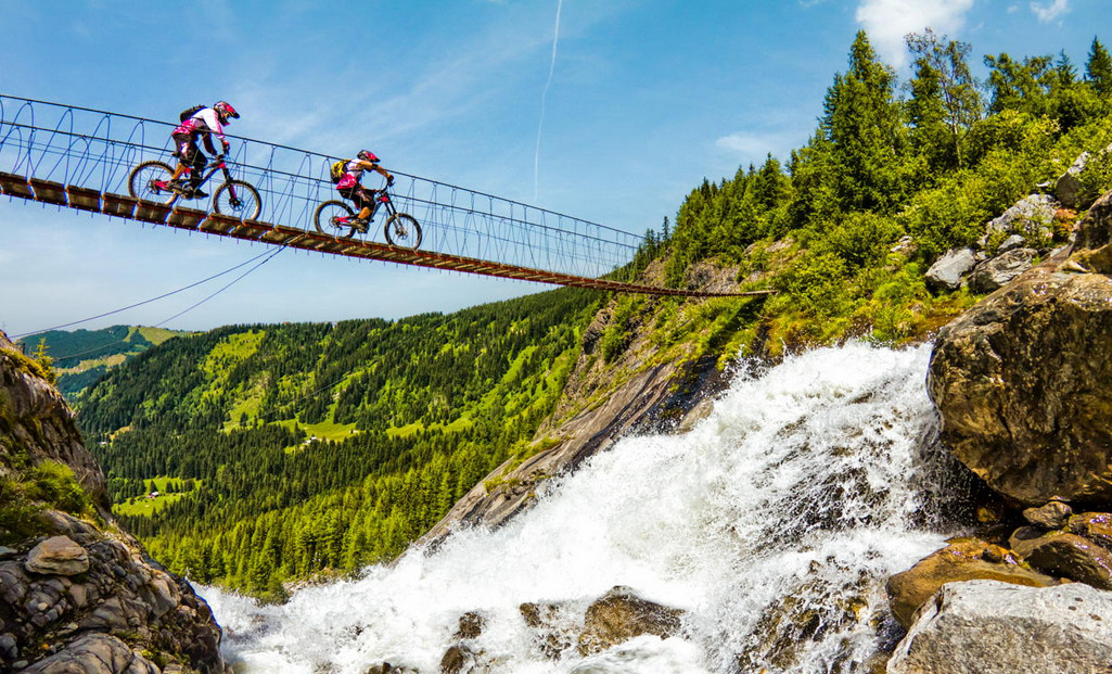 Велосипедисты.  Фото: Tristan Shu