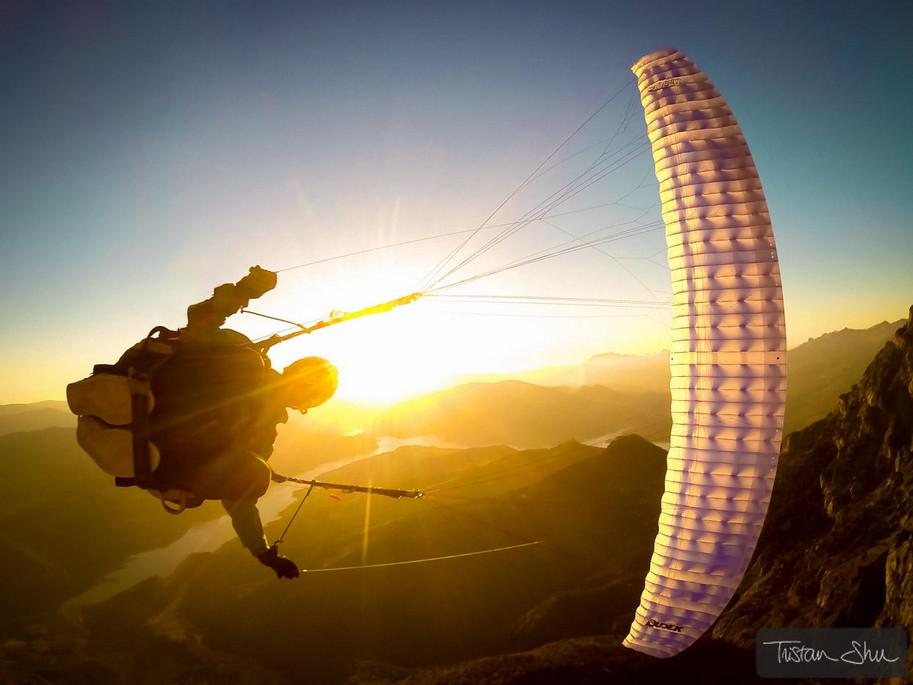Прыжок с парашютом.  Фото: Tristan Shu