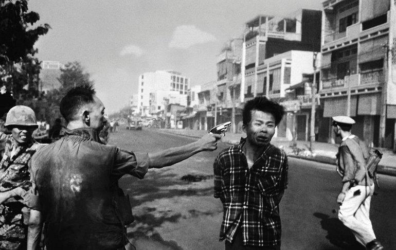 Эдди Адамс: генерал Нгуен Нгок Лоан казнит пленного вьетконговца, Вьетнам, 1968 год