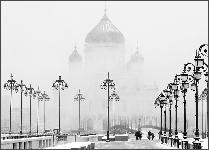 Патриарший мост в морозной дымке