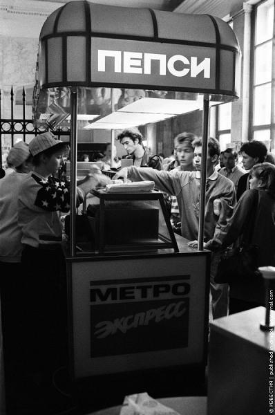 Первый фастфуд в метро, 1993