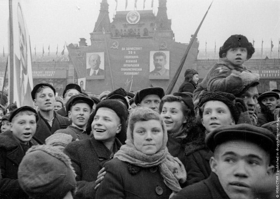 Из архива «Известий»: Демонстрация на Красной площади, 7 ноября 1945 года.