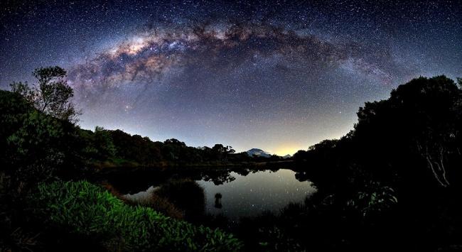 Рекомендация жюри: «Млечный путь над островом Реюньон». (Luc Perrot/Astronomy Photographer of the Year)