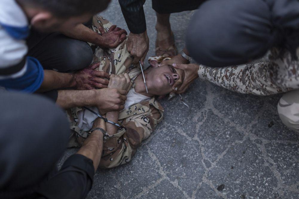 Повстанцы казнят молодого человека в Сирии. Фото: Emin Özmen, Agence LeJournal