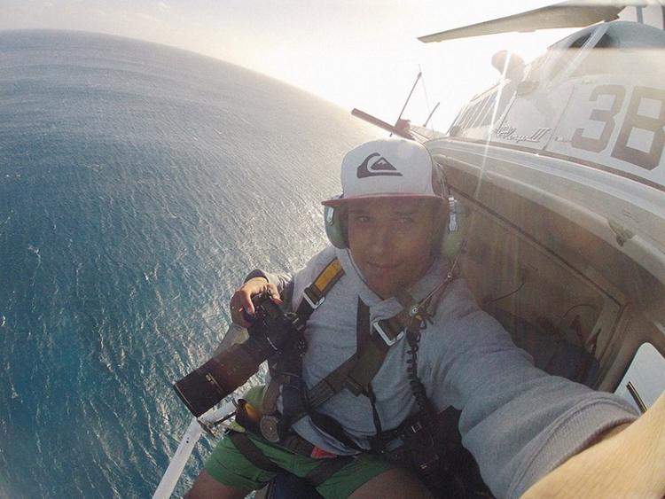 В одной руке – Nikon D4, на шее – Nikon D800, внизу – Индийский океан