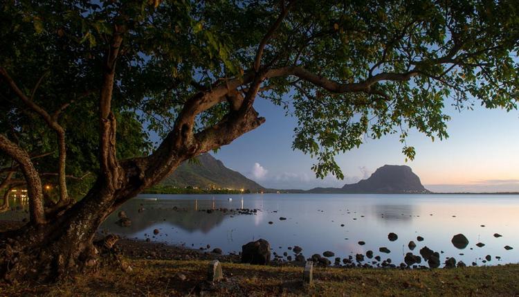 Поздний закат и вид на гору Ле Морн. Маврикий, август 2013 года. Снято Nikon D800