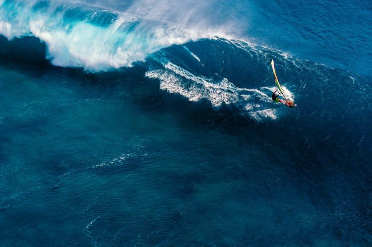 Съемка с вертолета в тот день, когда на Маврикий пришли самые большие волны за год.