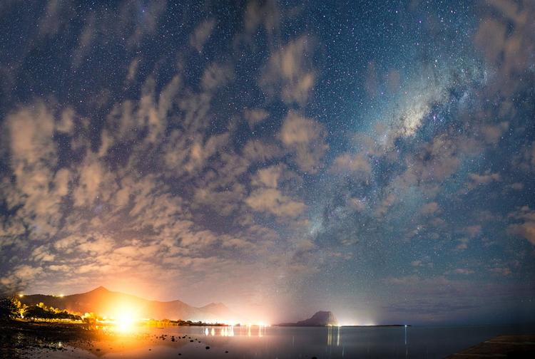 Ночной вид с Млечным Путем и горой Ле Морн на заднем плане.