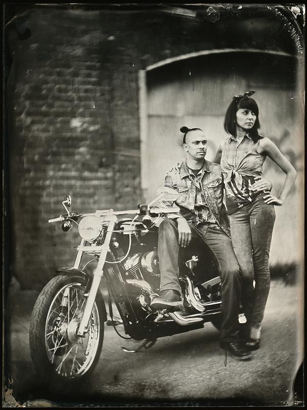 Пара у мотоцикла. Амбротипия. Фото: Андрей Шерстюк
