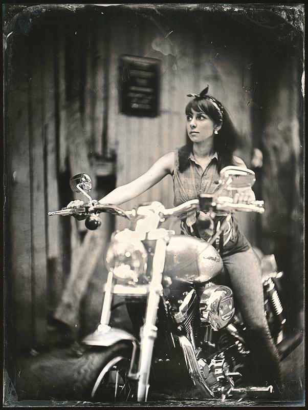 Девушка на мотоцикле. Амбротипия. Фото: Андрей Шерстюк