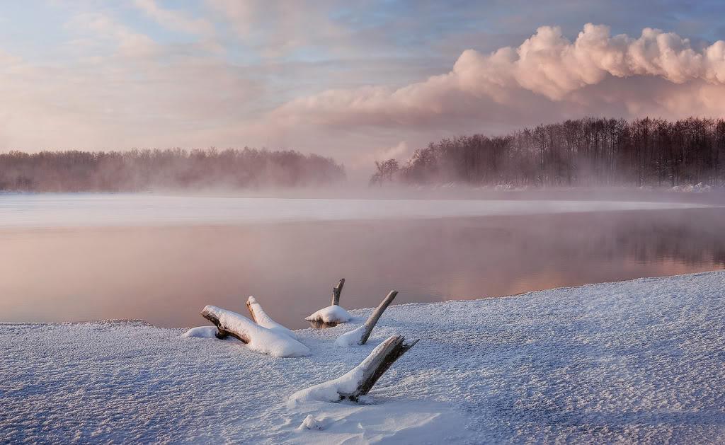 Зимнее озеро и туман