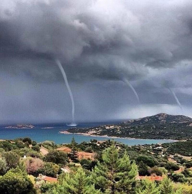 Любительский кадр: тройное торнадо на острове Сардиния.