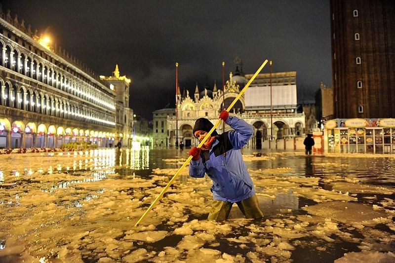 Венецию в этом году не просто затопило, но и начало покрывать льдом.