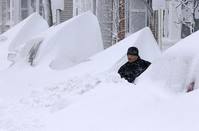 """Снежный шторм """"Немо"""" обрушился на США, насыпав рекордно высокие сугробы."""