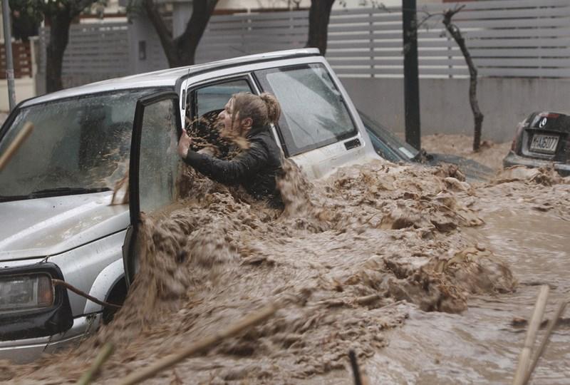 Наводнение в Греции. Фотография девушки, попавшей в сильный поток воды. После своего спасения она стала звездой экрана.