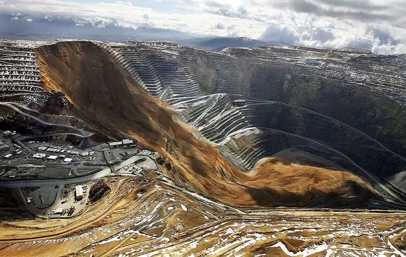 Оползень у американского города Бингем засыпал самый большой в мире карьер. В результате оползня обрушились миллионы тонн породы.