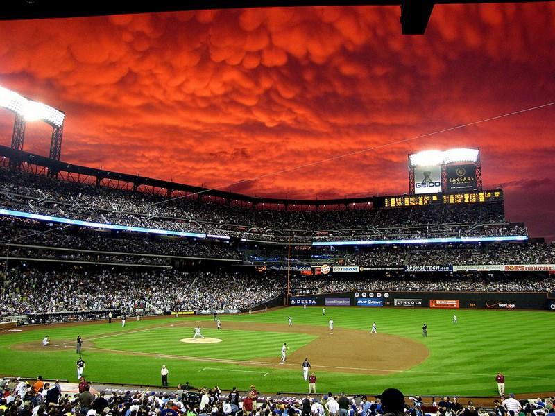 Кровавое небо во время бейсбольного матча.