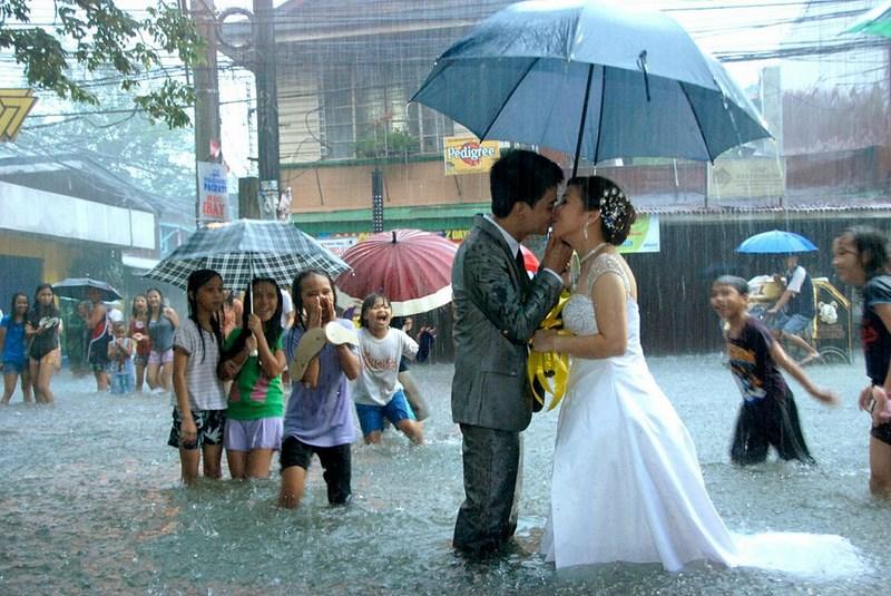 Свадьба на Филиппинах, во время наводнения.