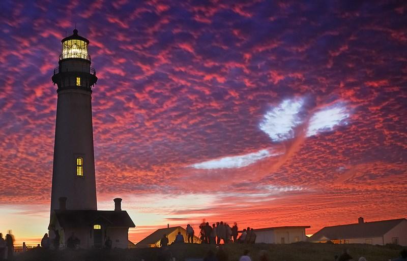 Это фото стало рекордным по просмотрам на многих ресурсах. Необычное облако над маяком.