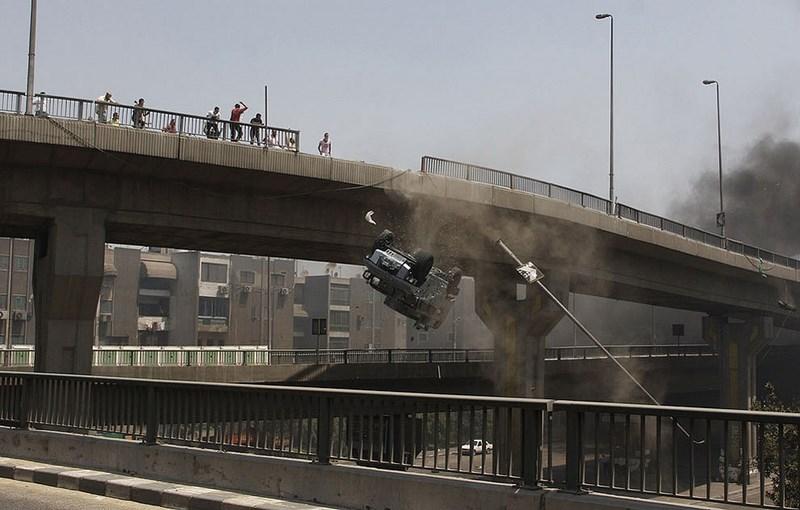 Бои на улицах Египта. Броневик падает с моста.