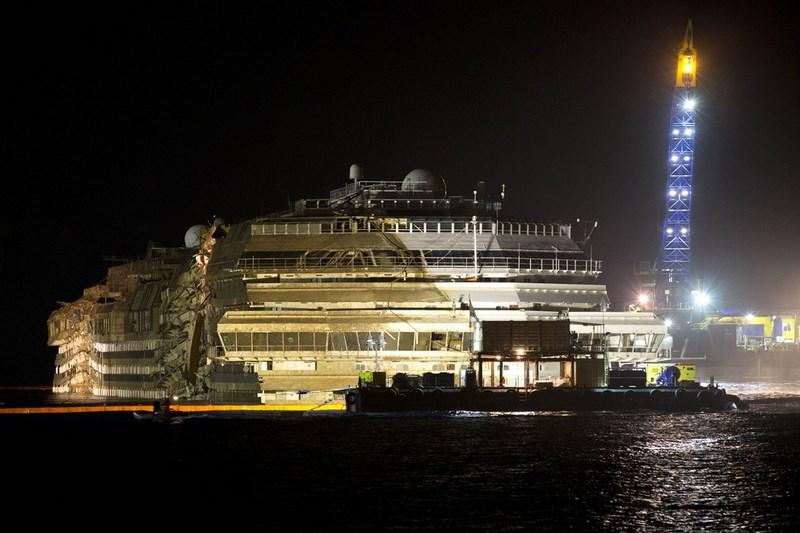 Подъем круизного судна Costa Concordia.