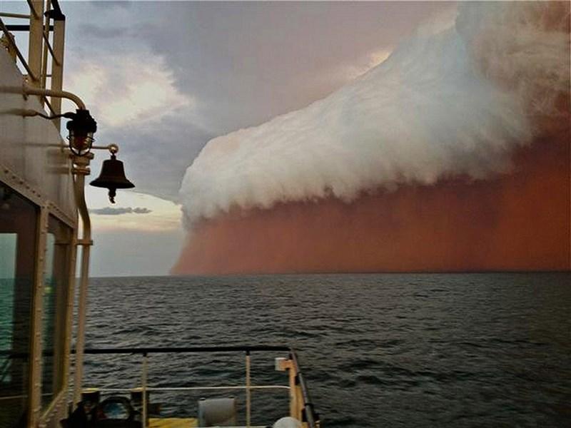 Капитан судна в Австралии снял необычное облако над океаном.