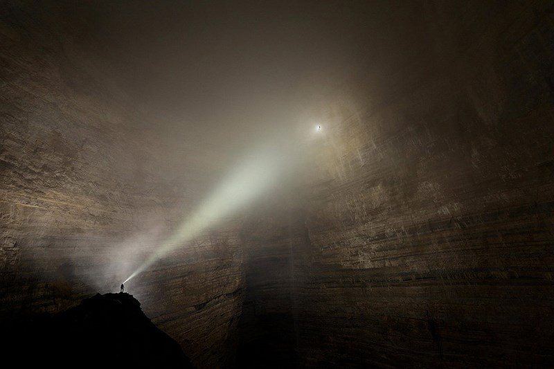 Пещера Эр Ван Донг в китайской провинции Чунцин. Исследователи случайно наткнулись на пещеру настолько громадную, что внутри неё существует собственная погодная система – тонкие облака и вечные туманы.