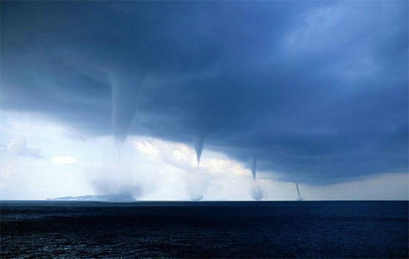 4 торнадо у берегов Италии. Эта феноменальная фотография была сделана фотографом Роберто Гиудичи (Roberto Giudici), когда он находился на лодке у города Бриндизи, Италия.