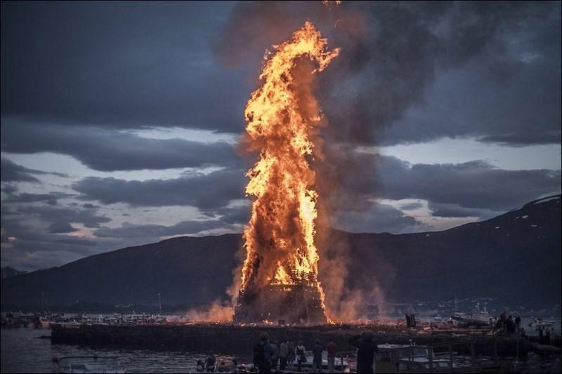 В честь рождения Иоанна Крестителя в городе Олесунн, Норвегия проводится ежегодный фестиваль, на котором разжигается самый большой костер в мире.