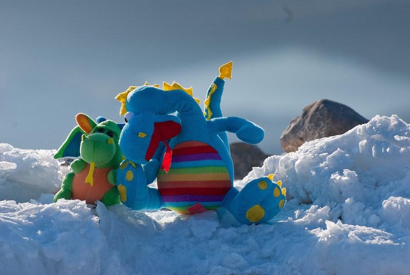 игрушки на снегу