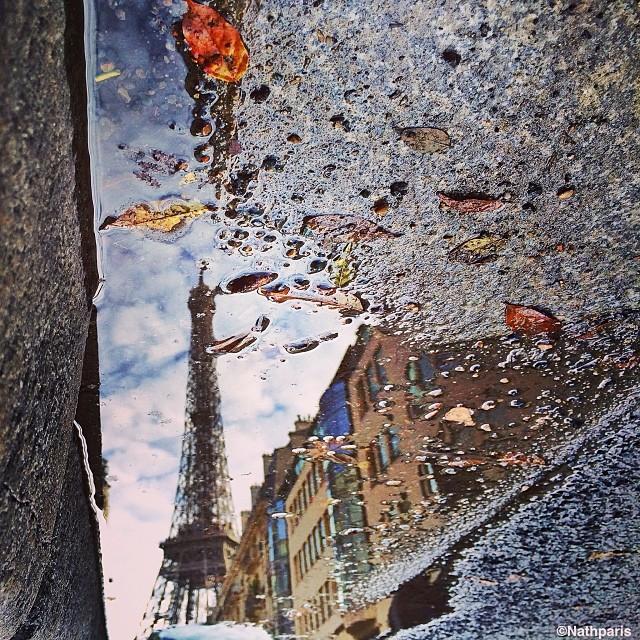 Эйфелева башня - отражение в луже,  инстаграм фото
