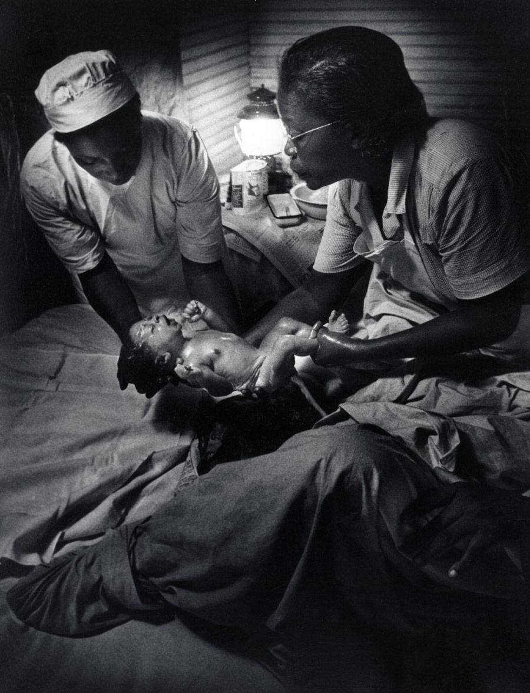Рождение ребенка. Фото Юджина Смита