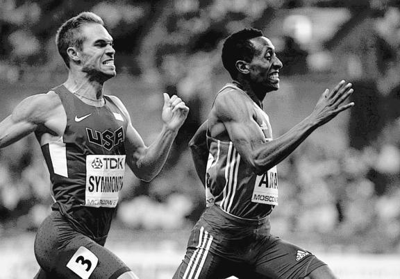 Золотой призер Эфиопии Mohammed Aman и серебряный призер США Nick Symmonds на финишной прямой мужского 800-метрового забега в Москве