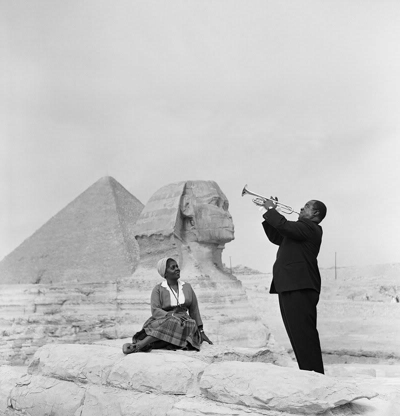 «Луи Армстронг играет для своей жены Люсилл перед Сфинксом в Гизе», 1961 год (AP Photo)