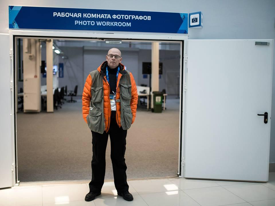 Шеф-фотограф РИА Новости Алексей Даничев в рабочей комнате фотографов в медиа-центре Сочи. Фото: Александр Вильф