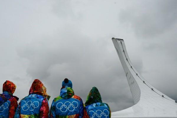 Волонтёры рядом с Чашей Олимпийского огня в Сочи. Фото: Владимир Астапкович/РИА-Новости