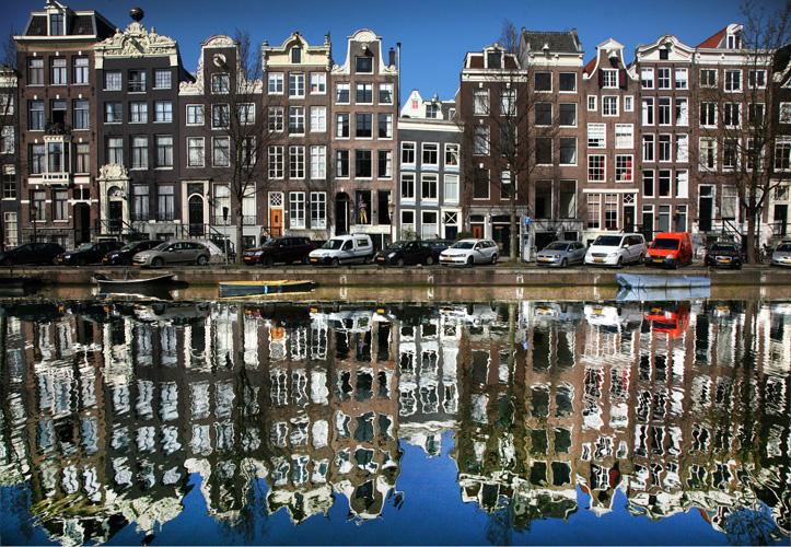 """Дом и его отражение. Фото из серии """"Вид на жительство"""""""