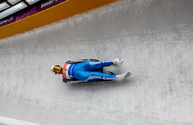 Россиянин Альберт Демченко занимает второе место после второй попытки в соревнованиях саночников, уступив лидерство немцу Феликсу Лоху. Фото: http://www.deita.ru/