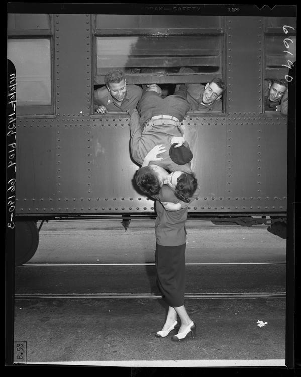 «Военный Калифорнийской национальной гвардии целует на прощание жену», 1950 год