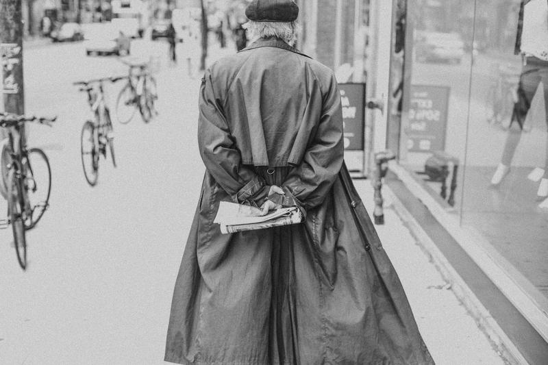 Горожанин в плаще. Уличная фотография Никиты Ступина