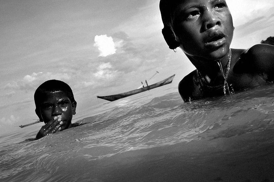 Дети купаются. Фото - Эндрю Теста (Andrew Testa)