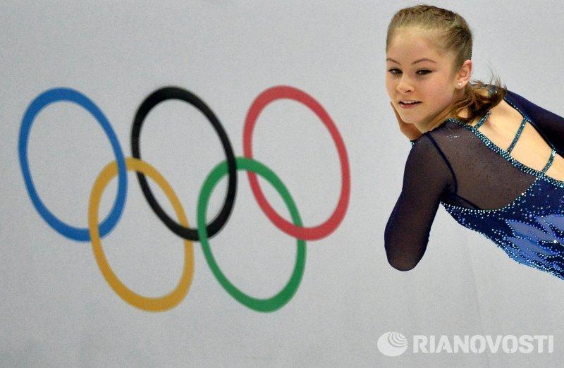 Юлия Липницкая выступает в короткой программе женского одиночного катания командных соревнований по фигурному катанию на XXII зимних Олимпийских играх в Сочи. Она набрала 72,9 балла.