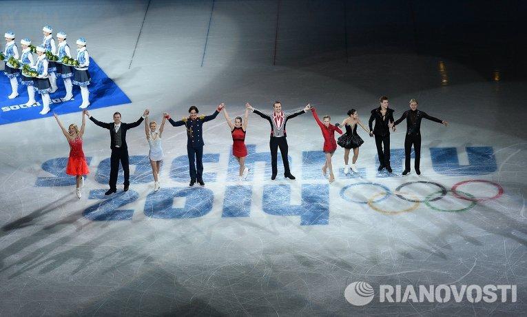 Российские фигуристы, завоевавшие золотые медали в командных соревнованиях по фигурному катанию. Фото: Александр Вильф, РИА Новости