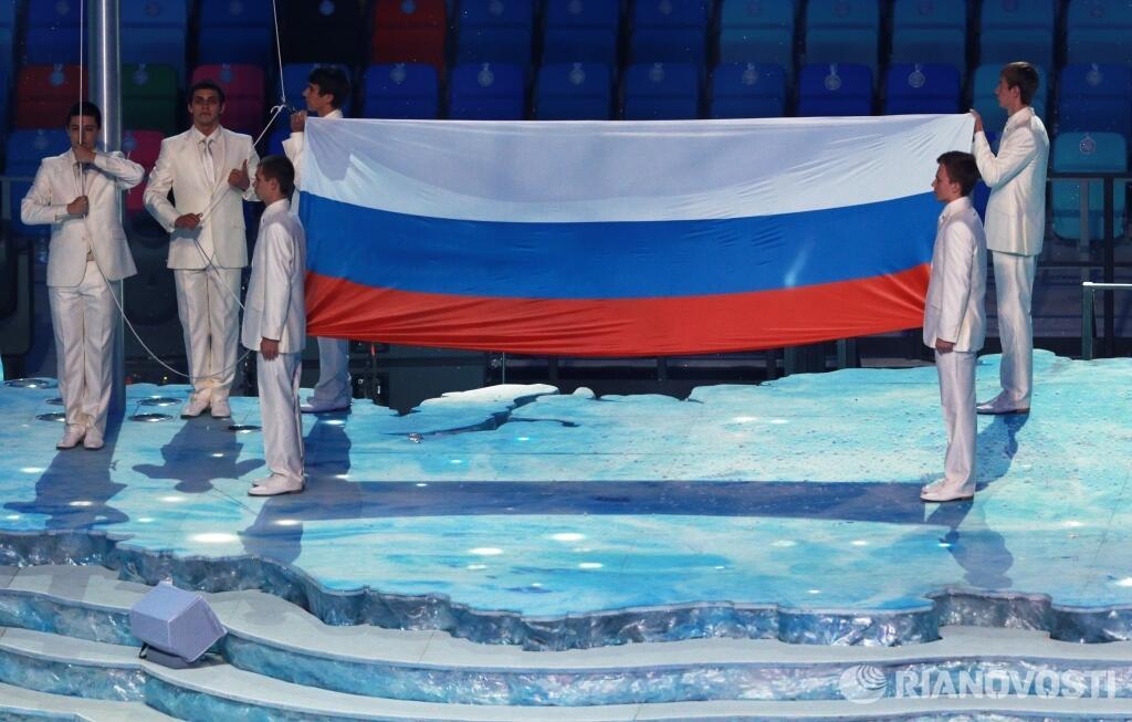 Поднятие российского флага на церемонии открытия XXII зимних Олимпийских игр