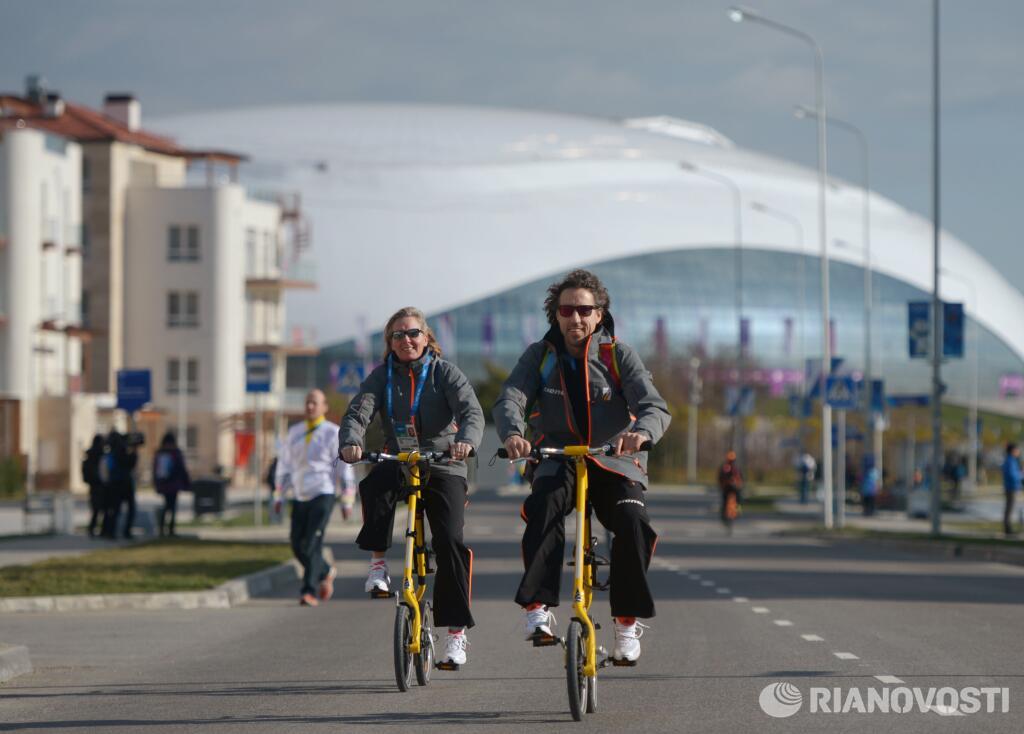 Сочи за три дня до Олимпиады: велосипедисты в прибрежной Олимпийской деревне. Фото: РИА Новости