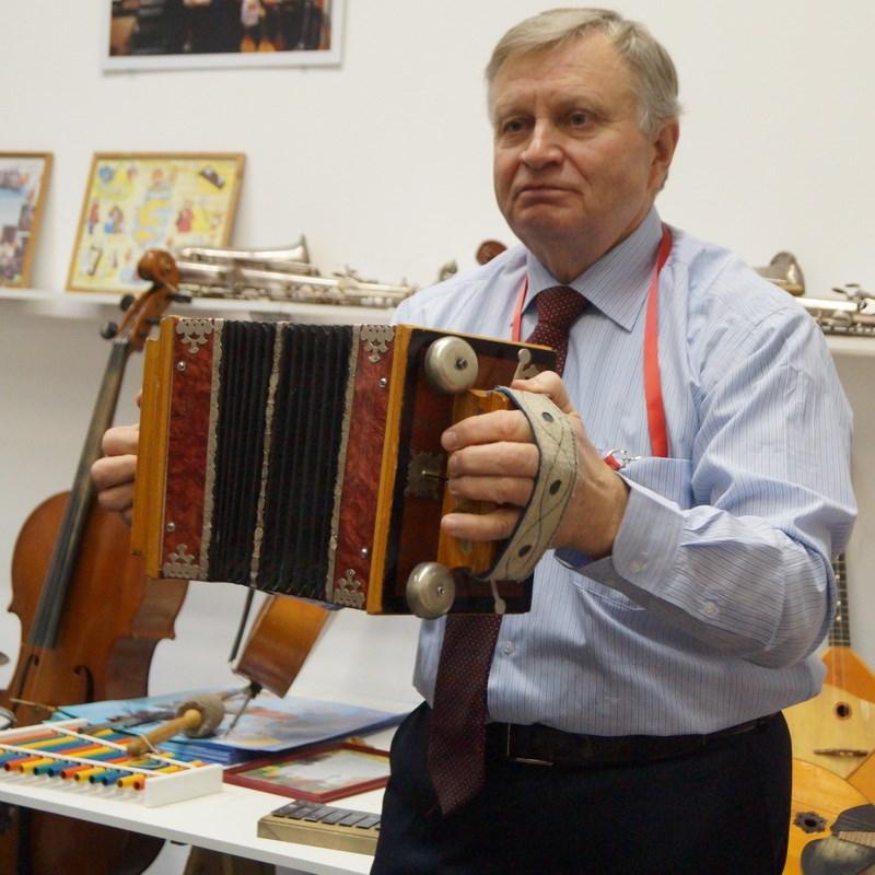 Юрий Борисович Куньшин, преподаватель музыки Курганского педагогического колледжа, создатель и руководитель музея музыкальных инструментов