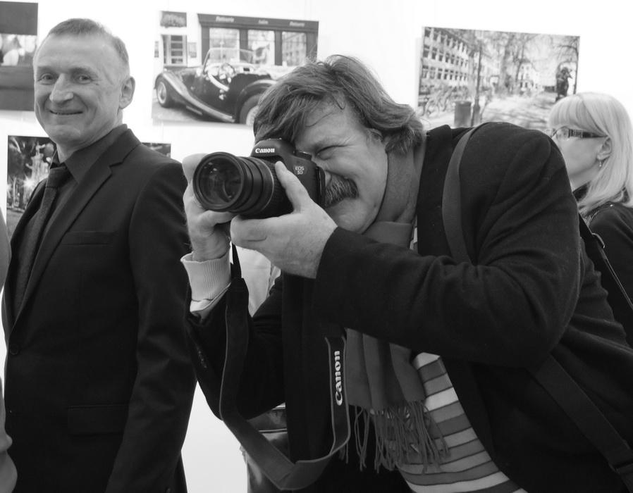 Фотограф Александр Тягны-Рядно на открытии выставки «Залечь на дно в Брюгге»